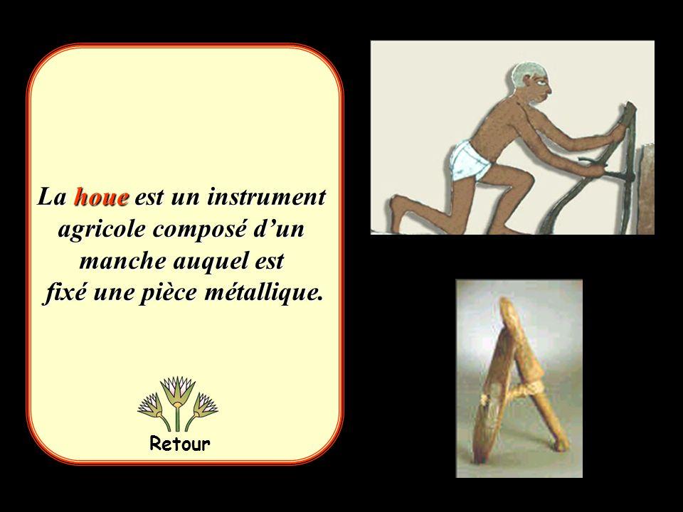 La houe est un instrument agricole composé d'un manche auquel est fixé une pièce métallique.