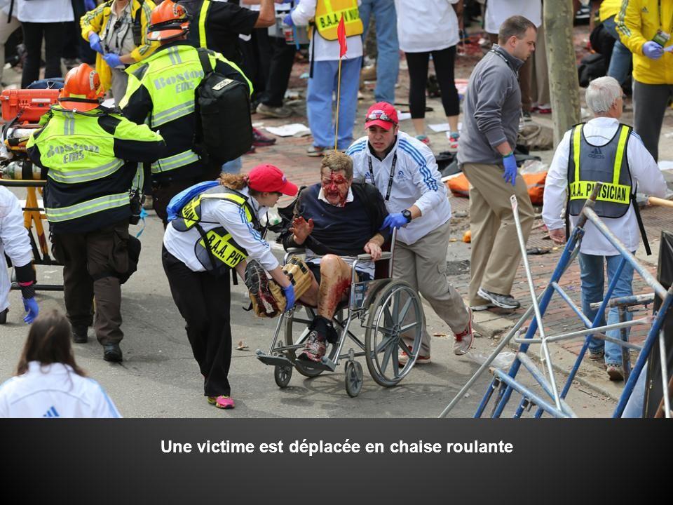 Une victime est déplacée en chaise roulante