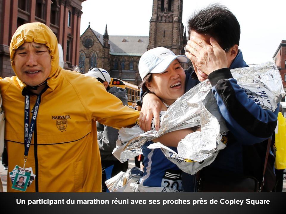 Un participant du marathon réuni avec ses proches près de Copley Square