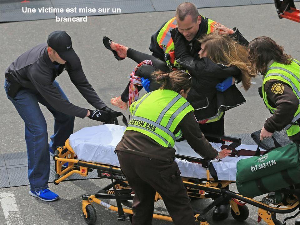 Une victime est mise sur un brancard