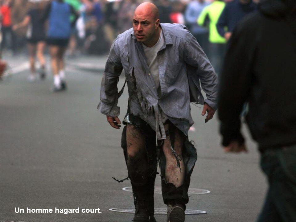 Un homme hagard court.