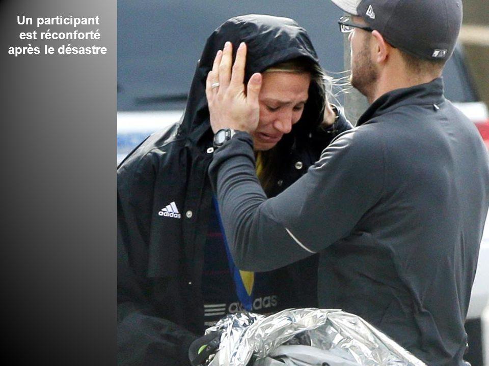 Un participant est réconforté après le désastre