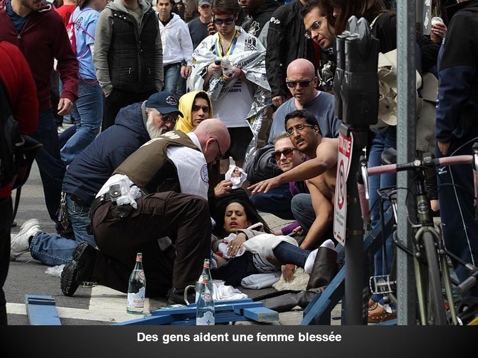 Des gens aident une femme blessée