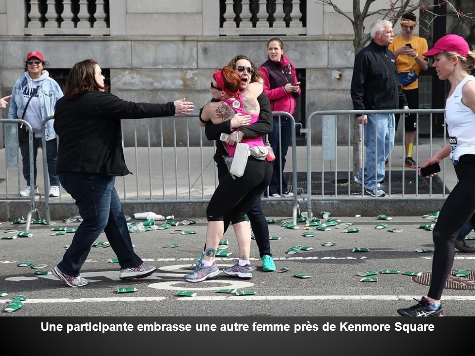 Une participante embrasse une autre femme près de Kenmore Square