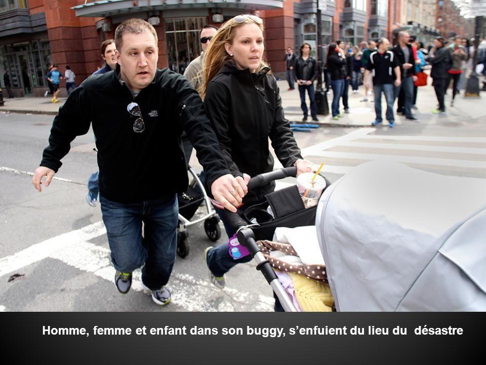 Homme, femme et enfant dans son buggy, s'enfuient du lieu du désastre