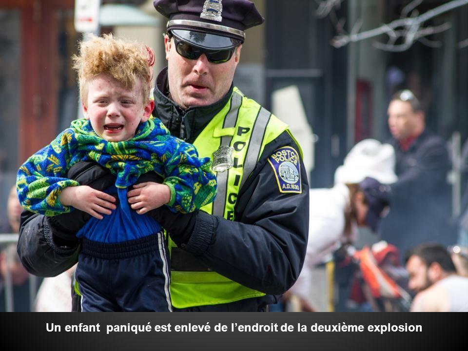 Un enfant paniqué est enlevé de l'endroit de la deuxième explosion