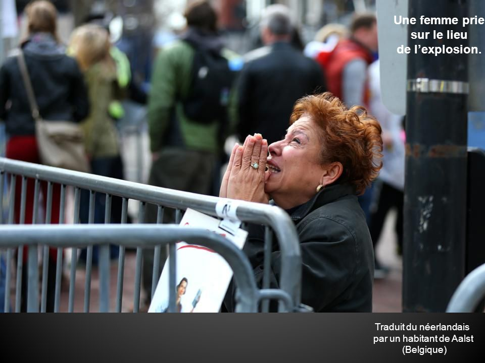 Une femme prie sur le lieu de l'explosion.