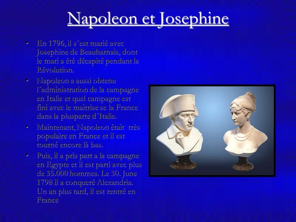 Napoleon et Josephine En 1796, il s´est marié avec Josephine de Beauharnais, dont le mari a été décapité pendant la Révolution.