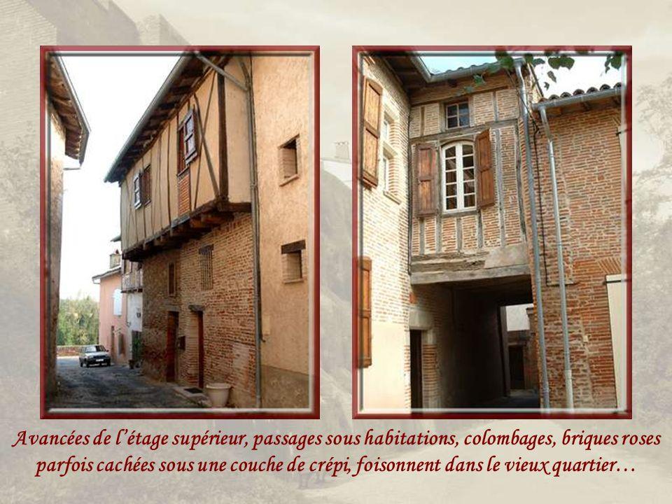 Avancées de l'étage supérieur, passages sous habitations, colombages, briques roses parfois cachées sous une couche de crépi, foisonnent dans le vieux quartier…