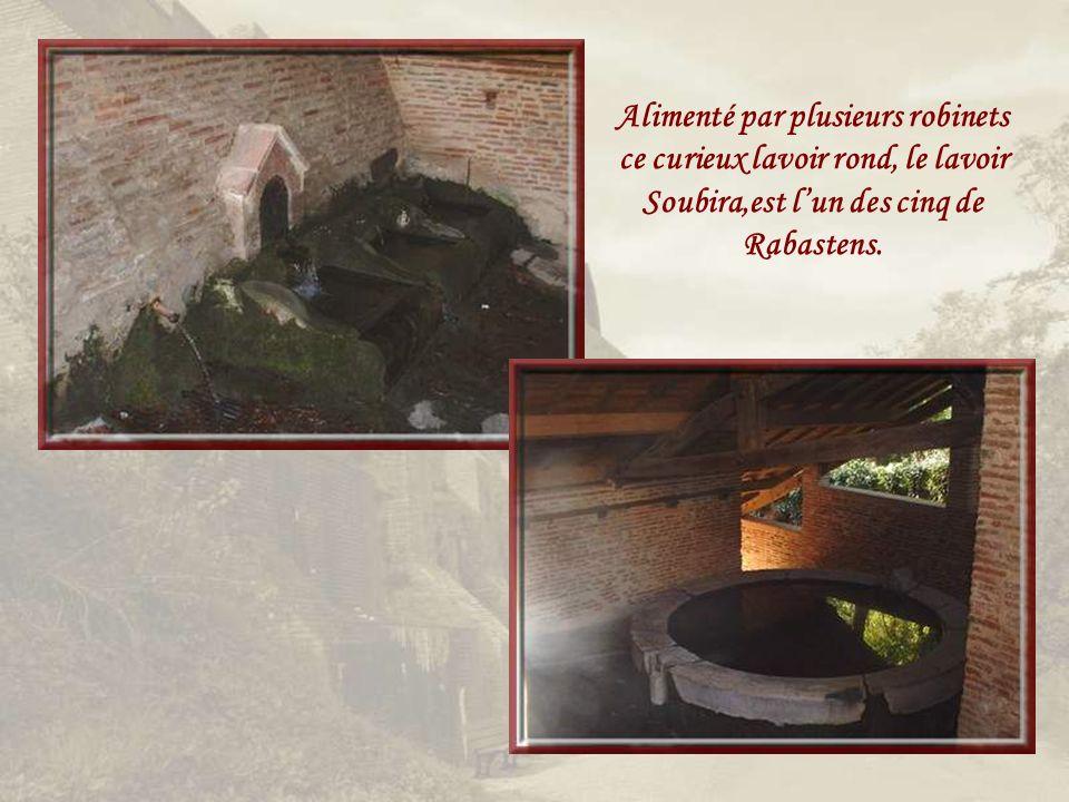 Alimenté par plusieurs robinets ce curieux lavoir rond, le lavoir Soubira,est l'un des cinq de Rabastens.