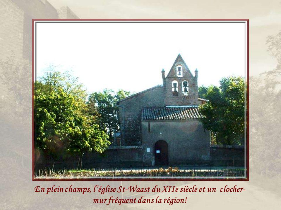 En plein champs, l'église St-Waast du XIIe siècle et un clocher-mur fréquent dans la région!