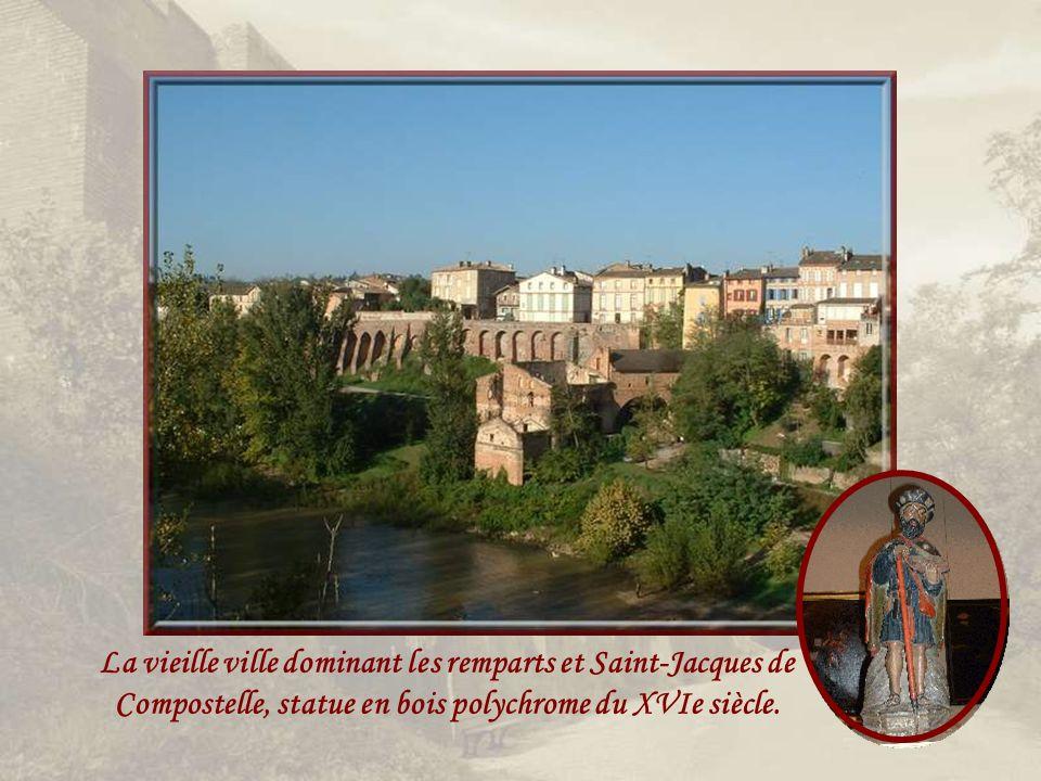 La vieille ville dominant les remparts et Saint-Jacques de Compostelle, statue en bois polychrome du XVIe siècle.