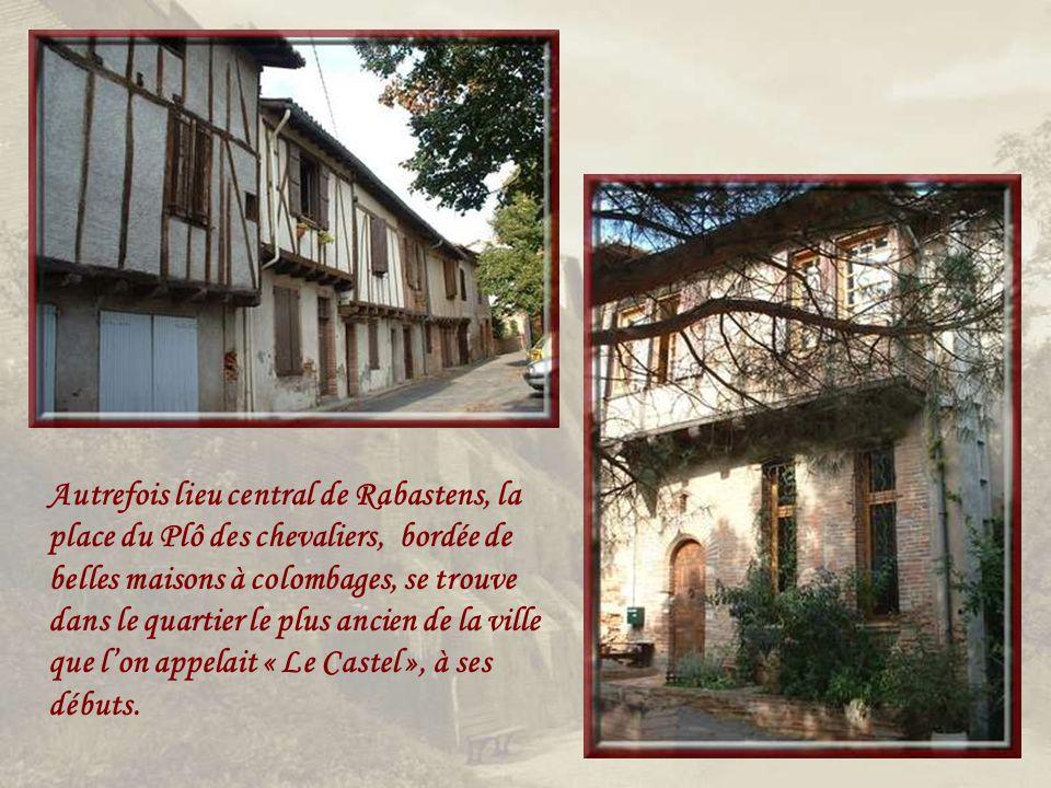 Autrefois lieu central de Rabastens, la place du Plô des chevaliers, bordée de belles maisons à colombages, se trouve dans le quartier le plus ancien de la ville que l'on appelait « Le Castel », à ses débuts.
