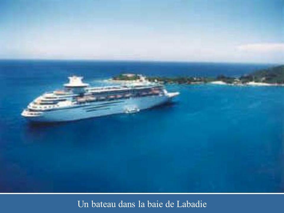 Un bateau dans la baie de Labadie