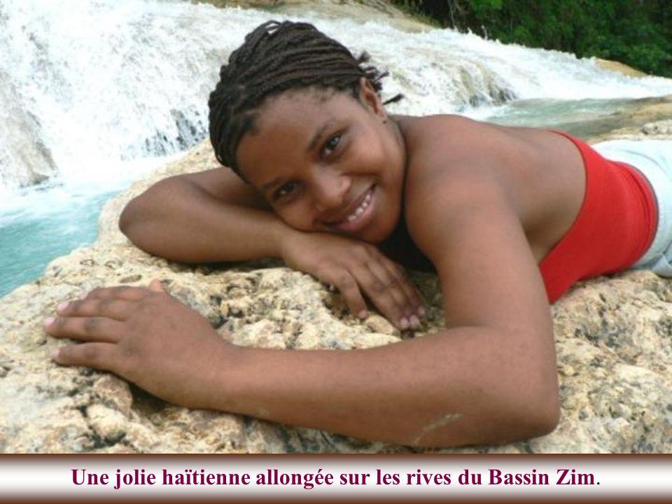 Une jolie haïtienne allongée sur les rives du Bassin Zim.