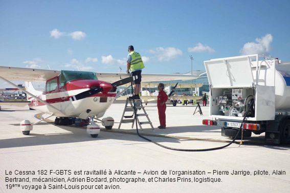 Le Cessna 182 F-GBTS est ravitaillé à Alicante – Avion de l'organisation – Pierre Jarrige, pilote, Alain Bertrand, mécanicien, Adrien Bodard, photographe, et Charles Prins, logistique.