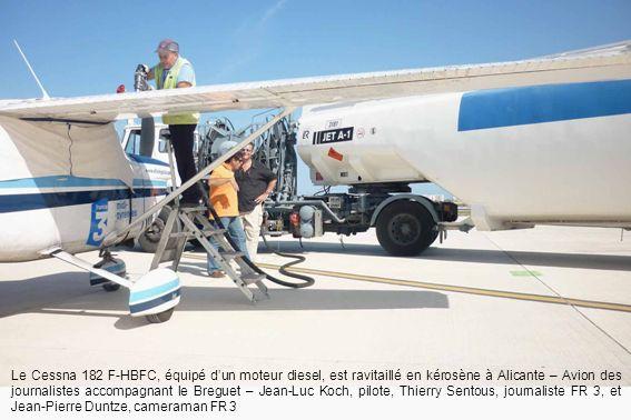 Le Cessna 182 F-HBFC, équipé d'un moteur diesel, est ravitaillé en kérosène à Alicante – Avion des journalistes accompagnant le Breguet – Jean-Luc Koch, pilote, Thierry Sentous, journaliste FR 3, et Jean-Pierre Duntze, cameraman FR 3