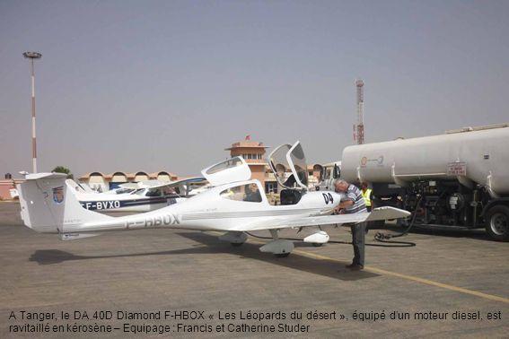 A Tanger, le DA 40D Diamond F-HBOX « Les Léopards du désert », équipé d'un moteur diesel, est ravitaillé en kérosène – Equipage : Francis et Catherine Studer