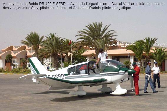 A Laayoune, le Robin DR 400 F-GZBD – Avion de l'organisation – Daniel Vacher, pilote et directeur des vols, Antoine Galy, pilote et médecin, et Catherine Dartois, pilote et logistique