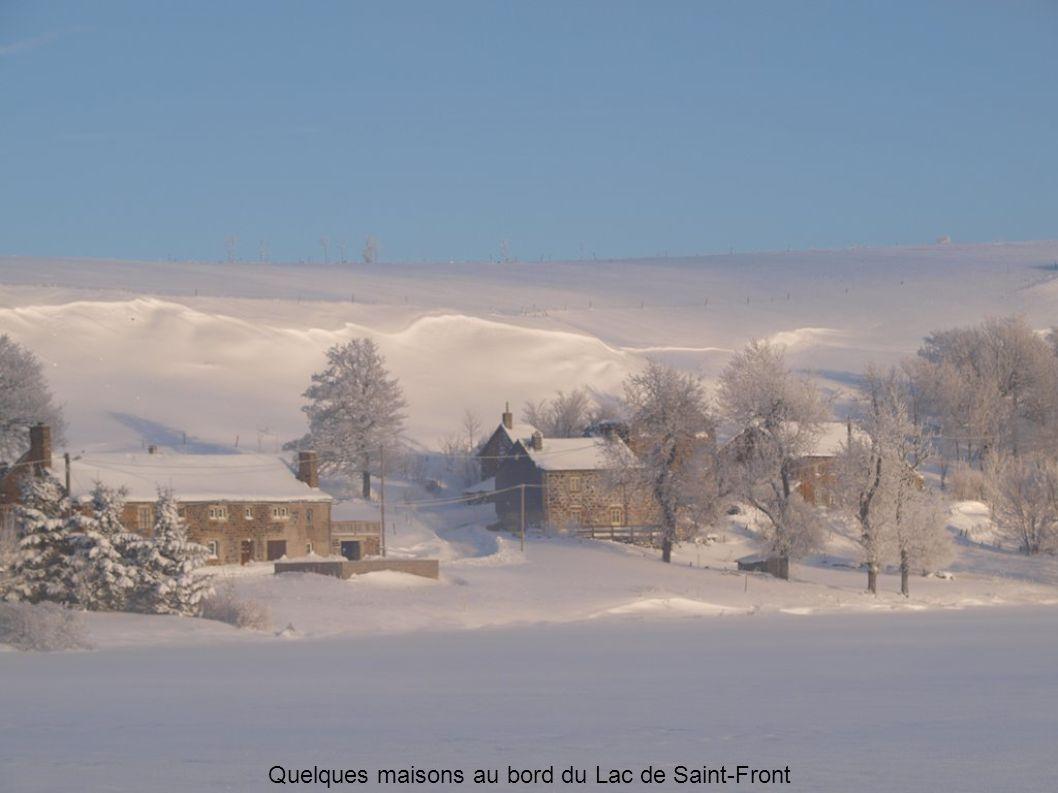 Quelques maisons au bord du Lac de Saint-Front