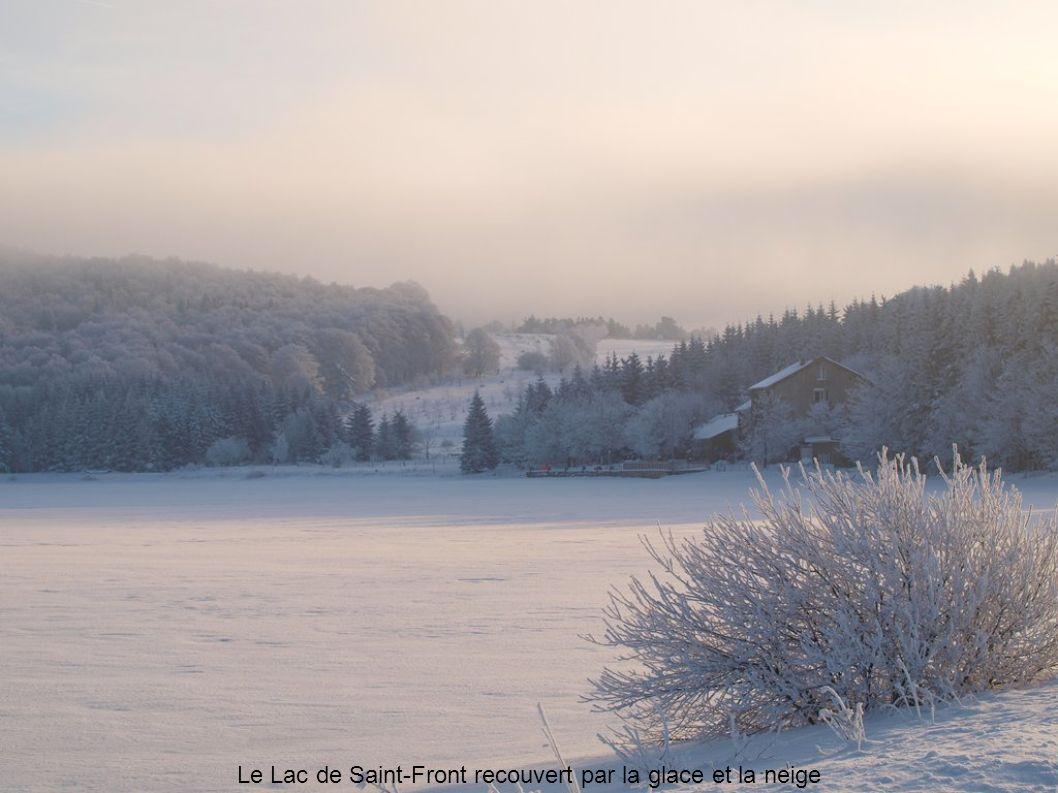 Le Lac de Saint-Front recouvert par la glace et la neige