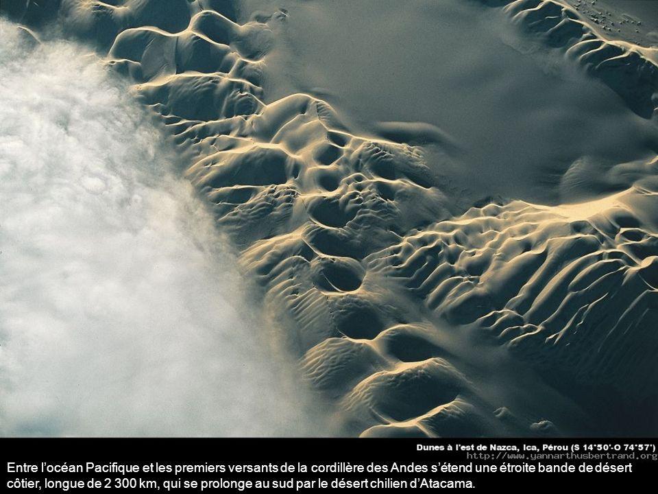 Entre l'océan Pacifique et les premiers versants de la cordillère des Andes s'étend une étroite bande de désert côtier, longue de 2 300 km, qui se prolonge au sud par le désert chilien d'Atacama.