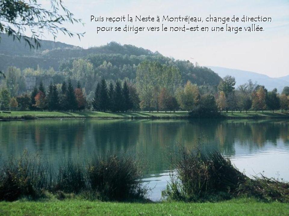Puis reçoit la Neste à Montréjeau, change de direction pour se diriger vers le nord-est en une large vallée.