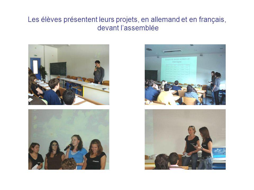 Les élèves présentent leurs projets, en allemand et en français, devant l'assemblée
