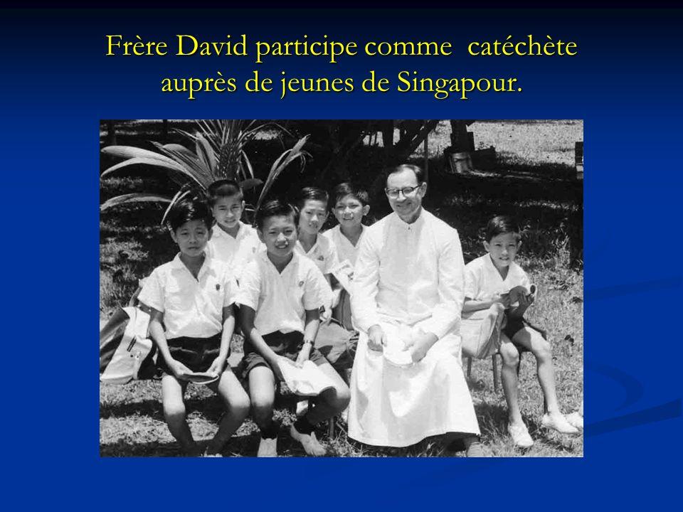 Frère David participe comme catéchète auprès de jeunes de Singapour.