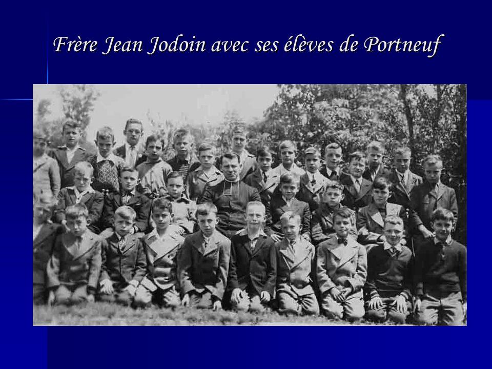 Frère Jean Jodoin avec ses élèves de Portneuf