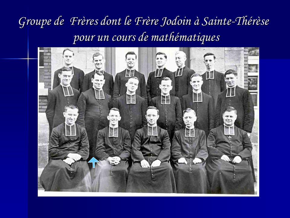 Groupe de Frères dont le Frère Jodoin à Sainte-Thérèse pour un cours de mathématiques