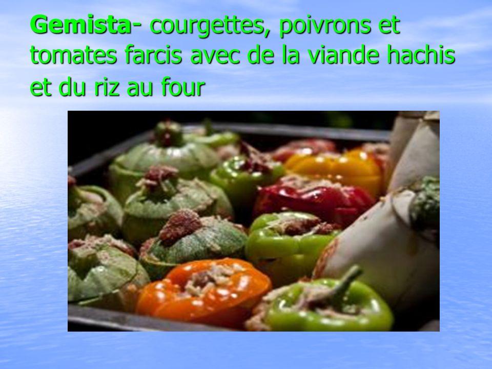 Gemista- courgettes, poivrons et tomates farcis avec de la viande hachis et du riz au four