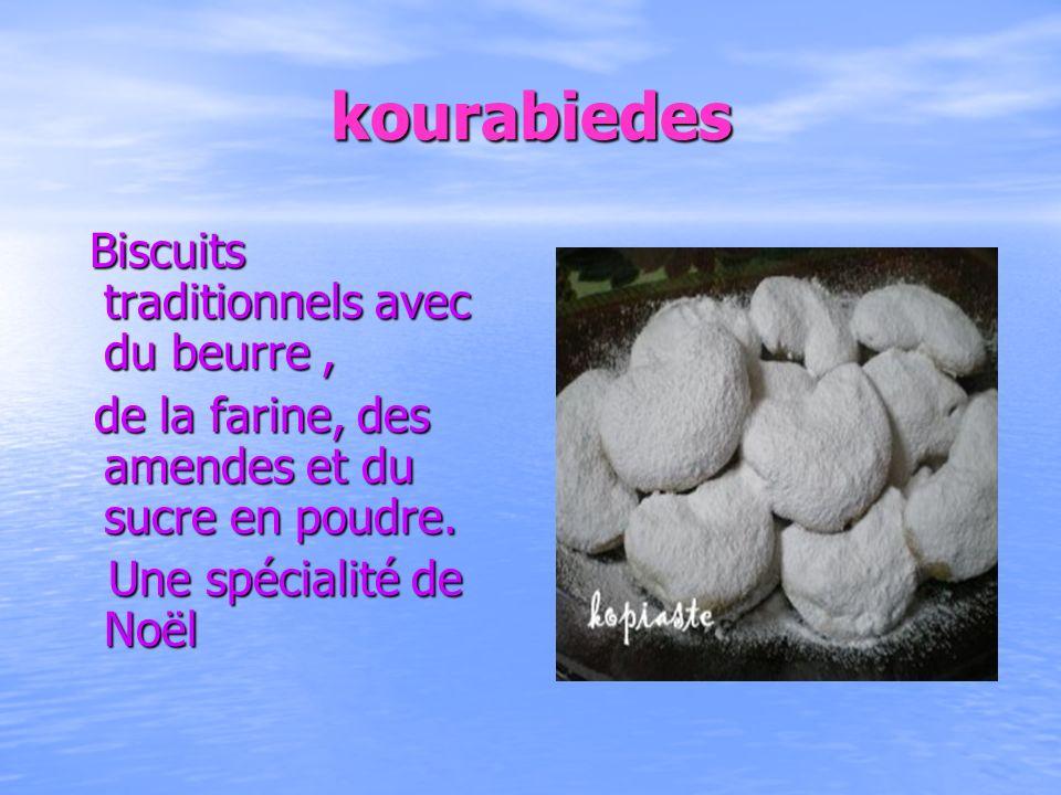kourabiedes de la farine, des amendes et du sucre en poudre.
