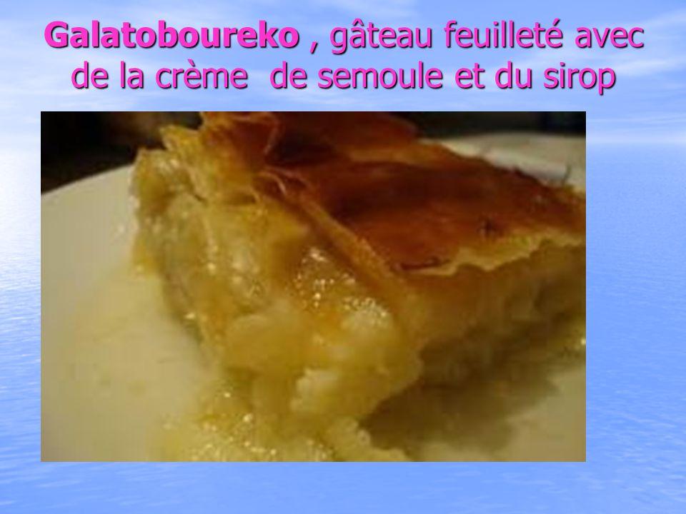 Galatoboureko , gâteau feuilleté avec de la crème de semoule et du sirop