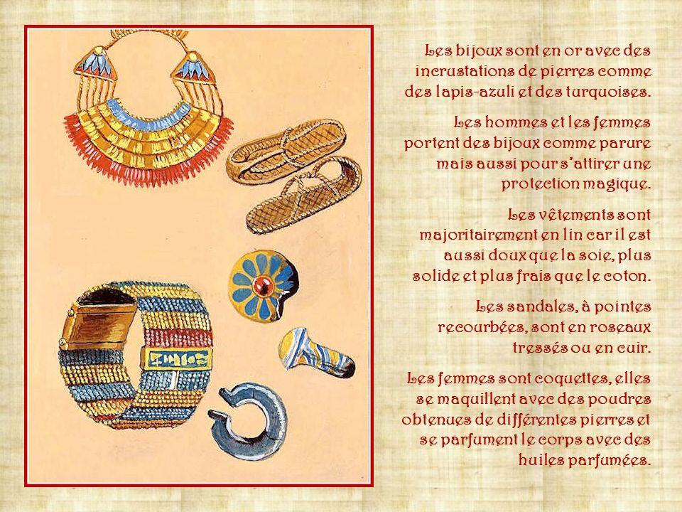 Les bijoux sont en or avec des incrustations de pierres comme des lapis-azuli et des turquoises.
