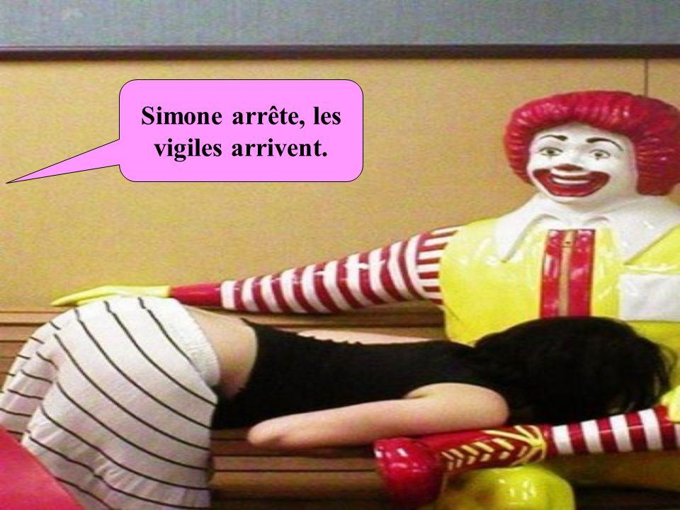 Simone arrête, les vigiles arrivent.