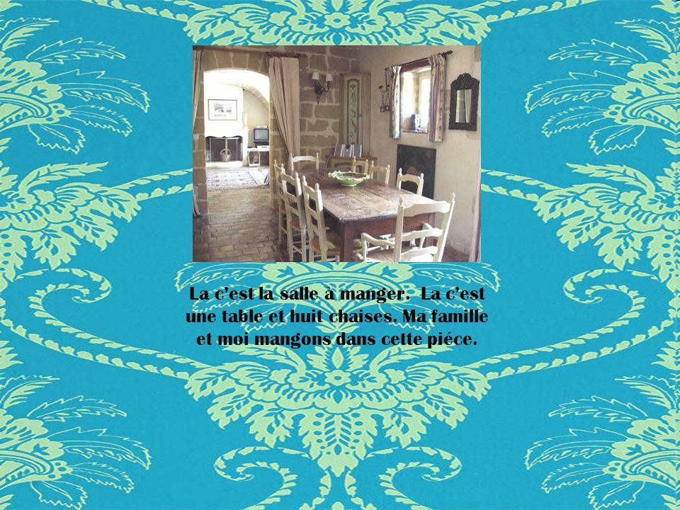 La c'est la salle à manger. La c'est une table et huit chaises