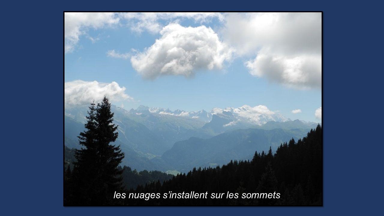 les nuages s'installent sur les sommets