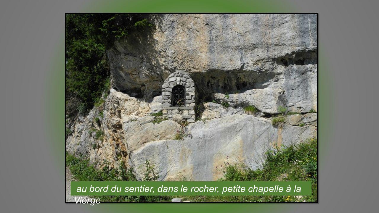 au bord du sentier, dans le rocher, petite chapelle à la Vierge