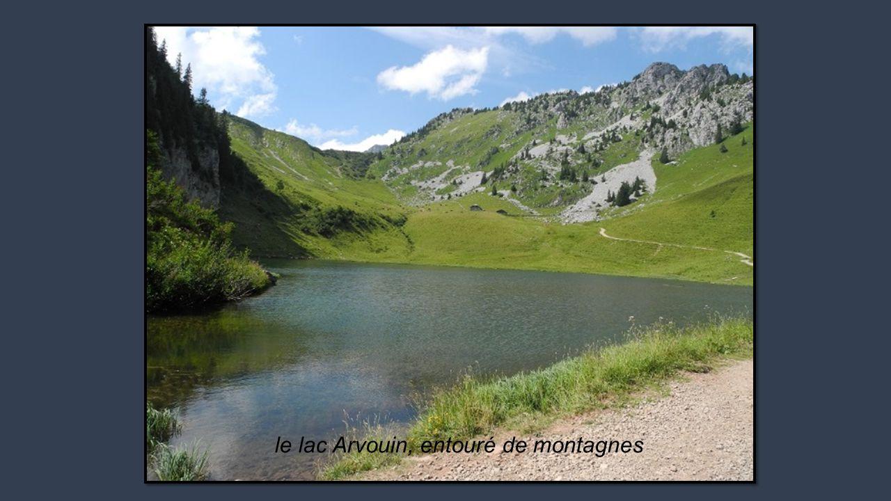 le lac Arvouin, entouré de montagnes