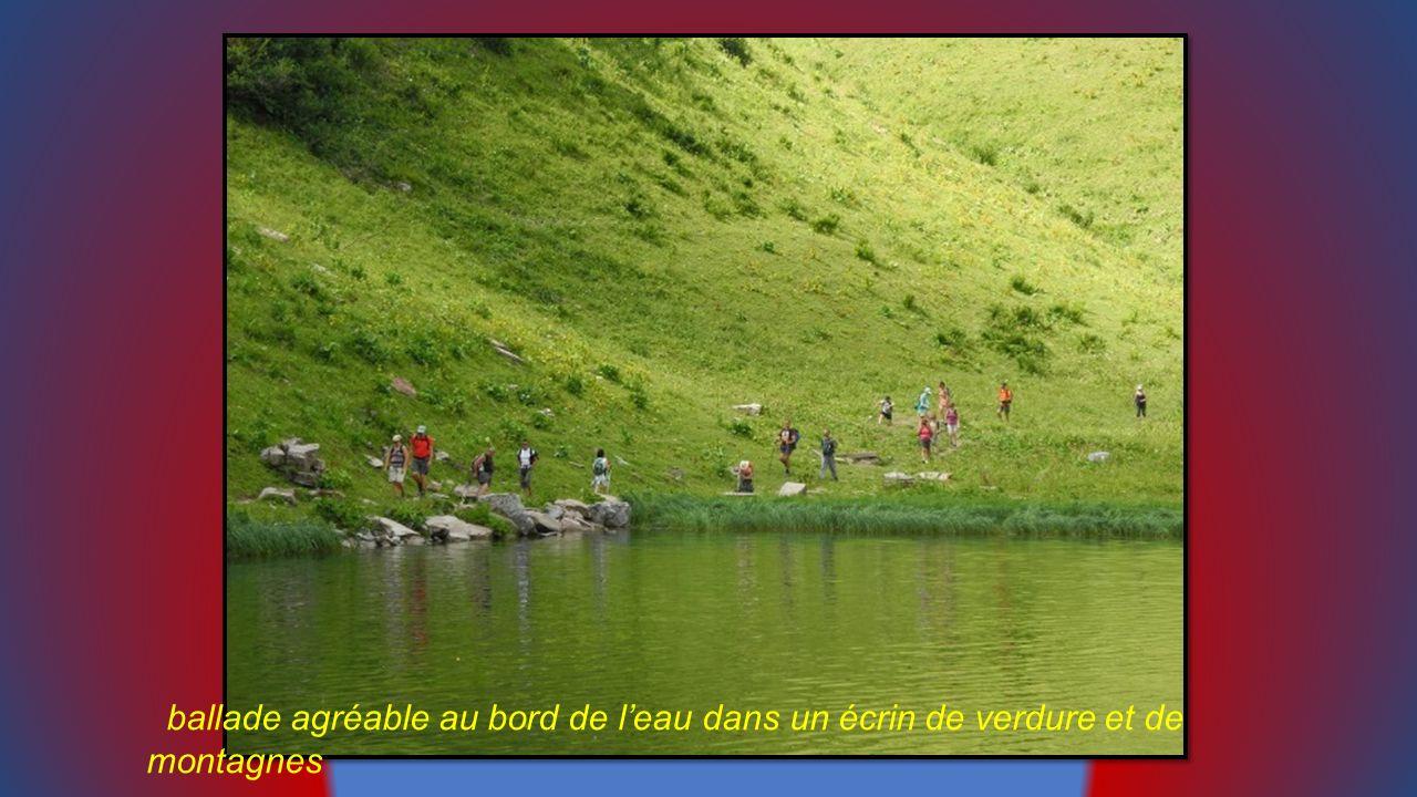 ballade agréable au bord de l'eau dans un écrin de verdure et de montagnes