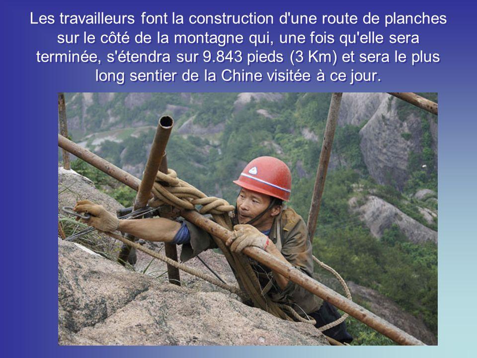 Les travailleurs font la construction d une route de planches sur le côté de la montagne qui, une fois qu elle sera terminée, s étendra sur 9.843 pieds (3 Km) et sera le plus long sentier de la Chine visitée à ce jour.
