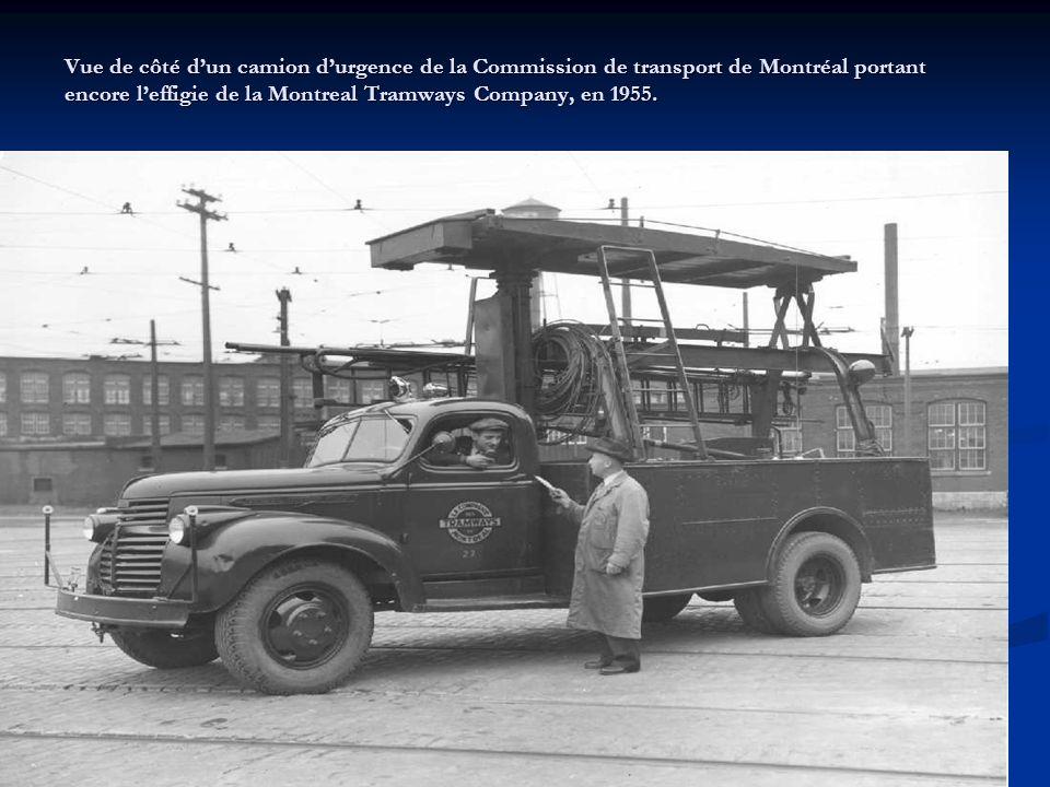 Vue de côté d'un camion d'urgence de la Commission de transport de Montréal portant encore l'effigie de la Montreal Tramways Company, en 1955.