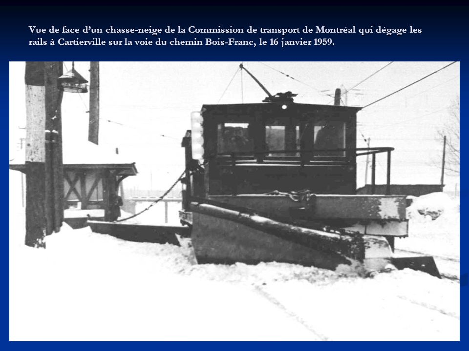 Vue de face d'un chasse-neige de la Commission de transport de Montréal qui dégage les rails à Cartierville sur la voie du chemin Bois-Franc, le 16 janvier 1959.