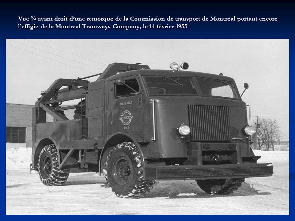 Vue ¾ avant droit d'une remorque de la Commission de transport de Montréal portant encore l'effigie de la Montreal Tramways Company, le 14 février 1955