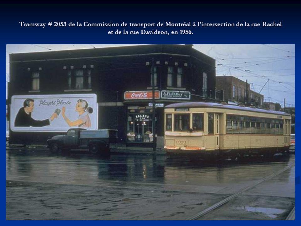 Tramway # 2053 de la Commission de transport de Montréal à l intersection de la rue Rachel et de la rue Davidson, en 1956.
