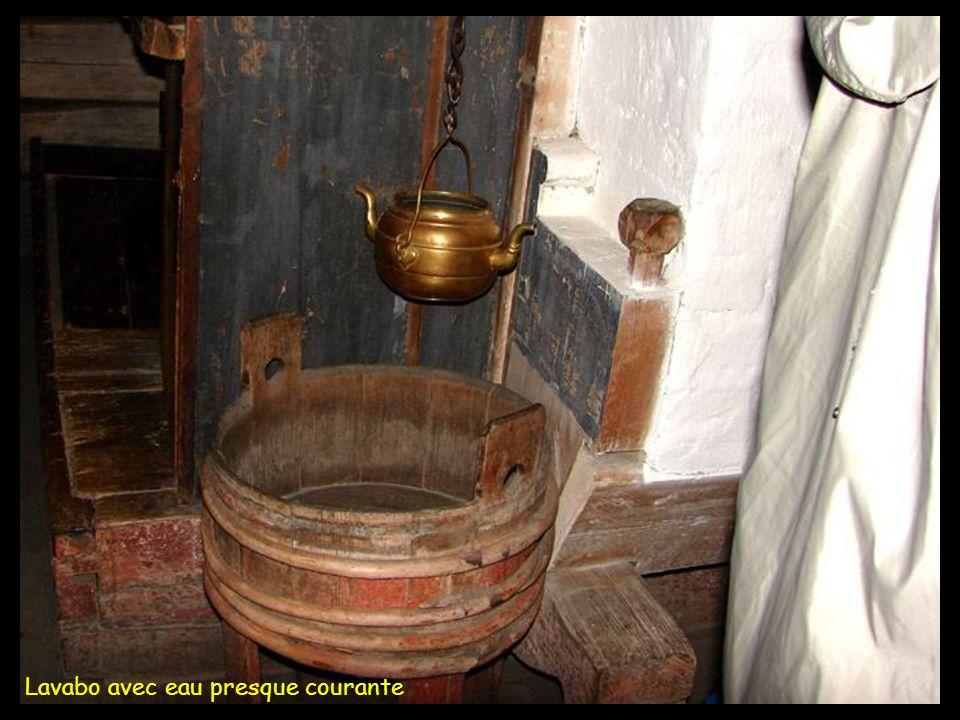 Lavabo avec eau presque courante