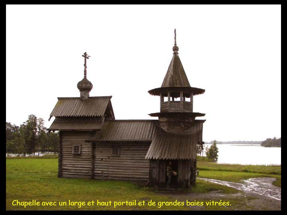 Chapelle avec un large et haut portail et de grandes baies vitrées.