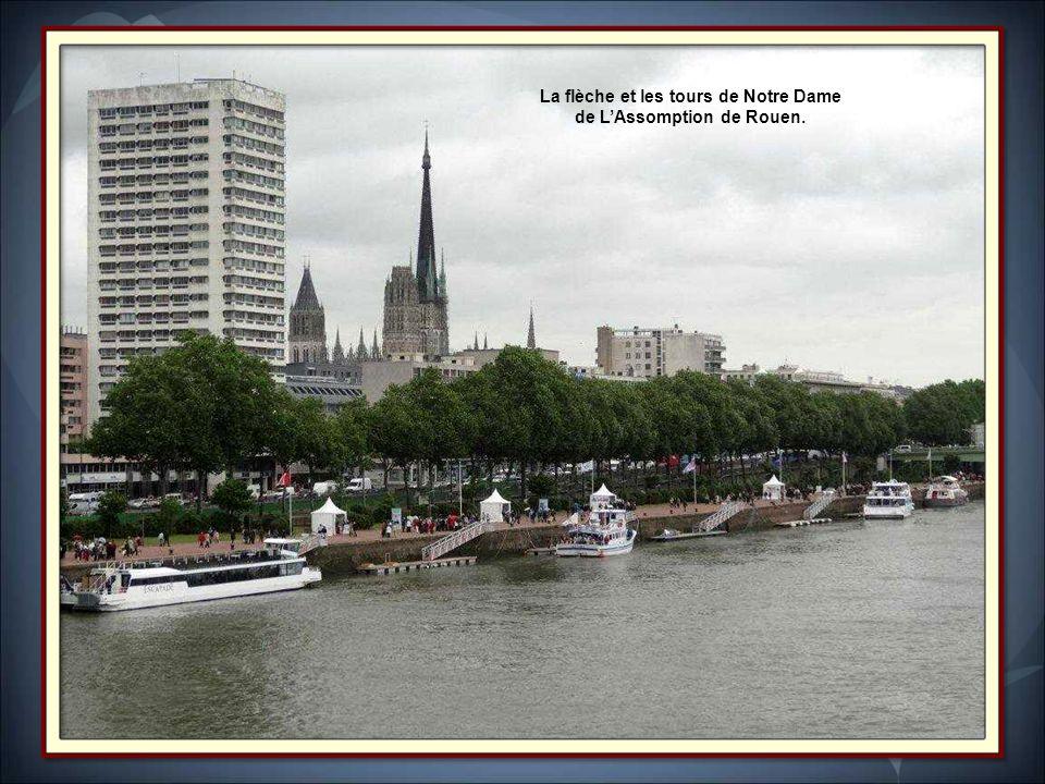 La flèche et les tours de Notre Dame de L'Assomption de Rouen.