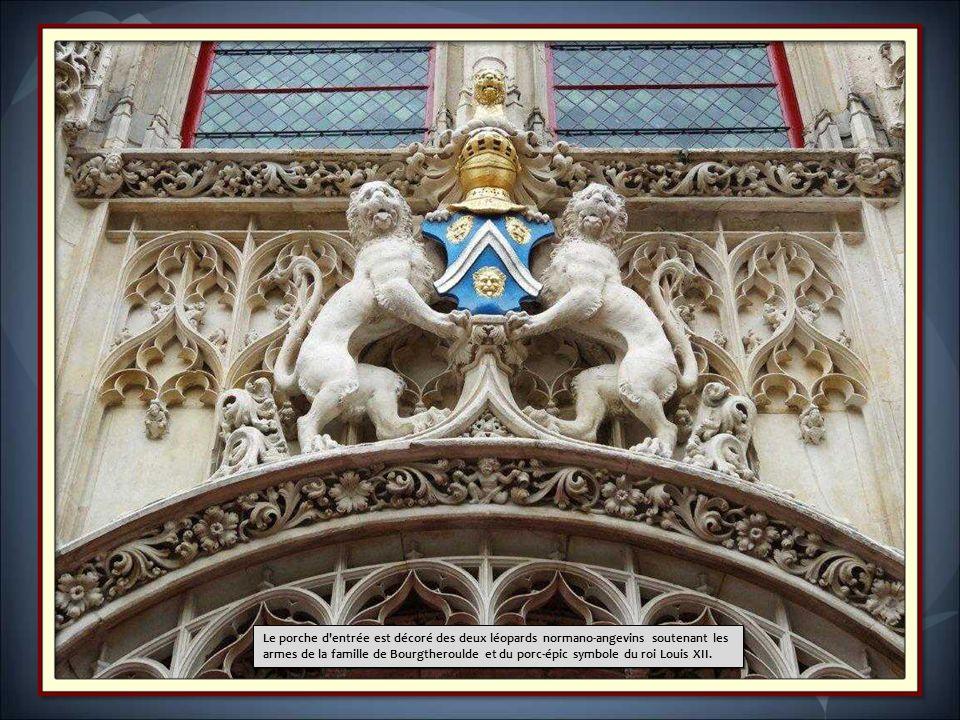 Le porche d entrée est décoré des deux léopards normano-angevins soutenant les armes de la famille de Bourgtheroulde et du porc-épic symbole du roi Louis XII.